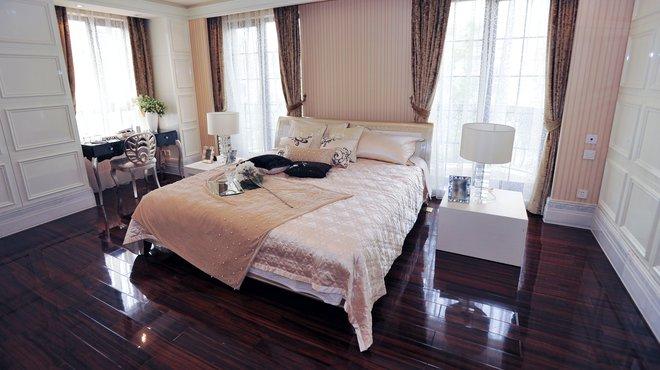 Ein Bett und viele Decken, doch wie nennt man sie?