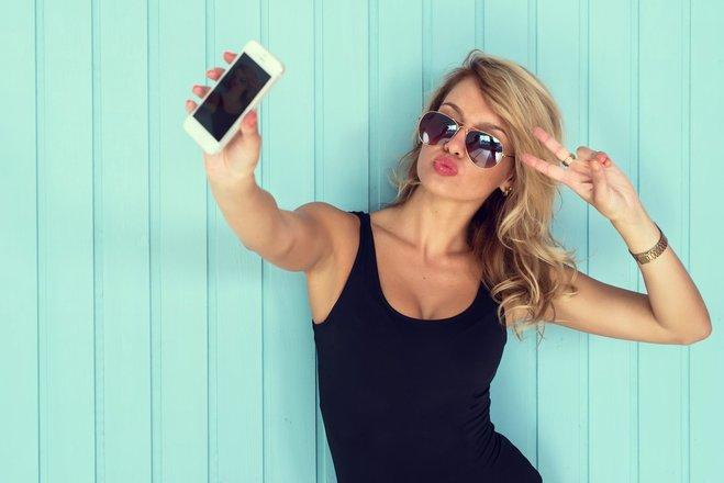 Erst mit entsprechenden Apps gelingt das Selfie perfekt