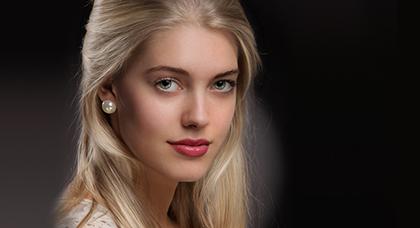 Screenshot 4 - PortraitPro gibt Ihnen die komplette Kontrolle über die Augen und den Mund. Nur mit Hilfe der Schieberegler können Sie die Augenfarbe ändern, die Bereiche schärfen oder auch die Größe der Augen einstellen. Auch die Bearbeitung des Mund-Bereichs ist vielfältig, die Mundform, Größe oder Zahnfarbe können ebenso wie der Lippenstift geändert werden. Und das ohne mühsames Nutzen von Filtern oder Kennzeichnen von Bereichen.